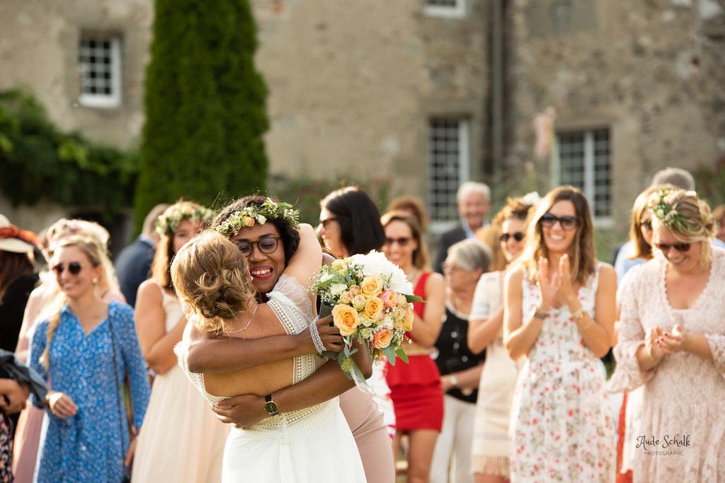 témoin attrapant le bouquet de la mariée et qui élance dans ses bras la mariée