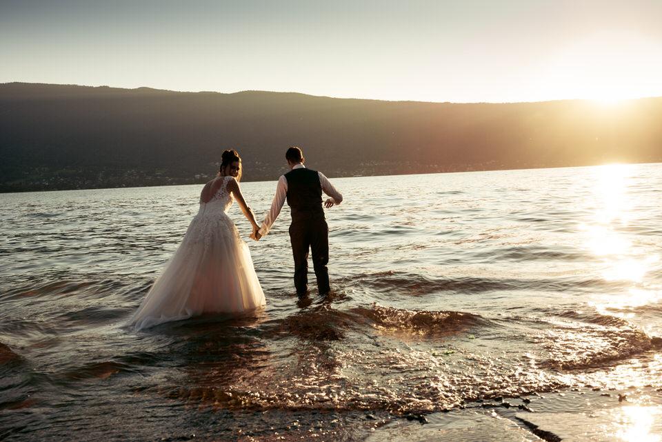 couple de mariés se jettent dans le lac d'Annecy