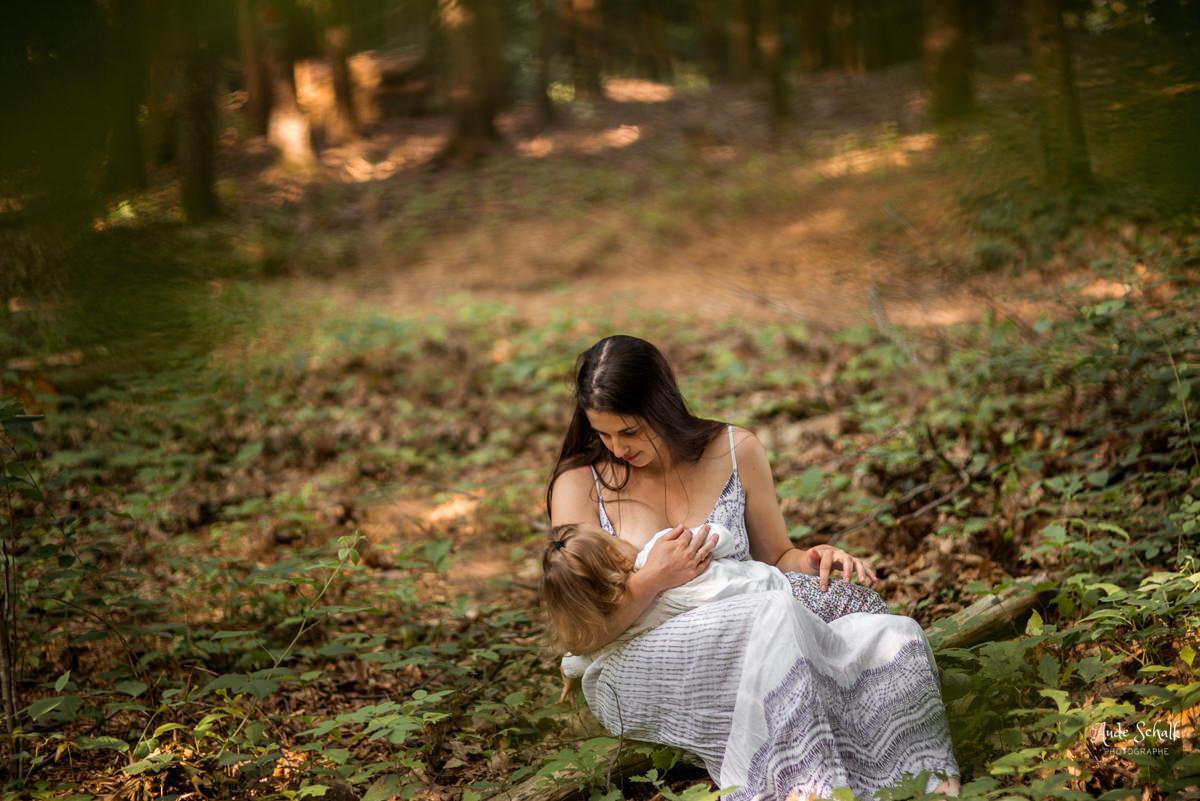 mère allaitant son enfant en pleine nature