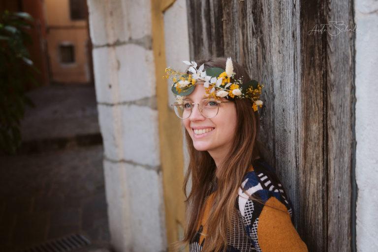 portrait jeune femme à lunettes avec couronne de fleurs
