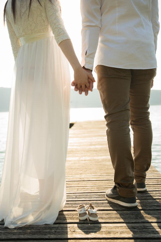 couple qui se tient la main au lac