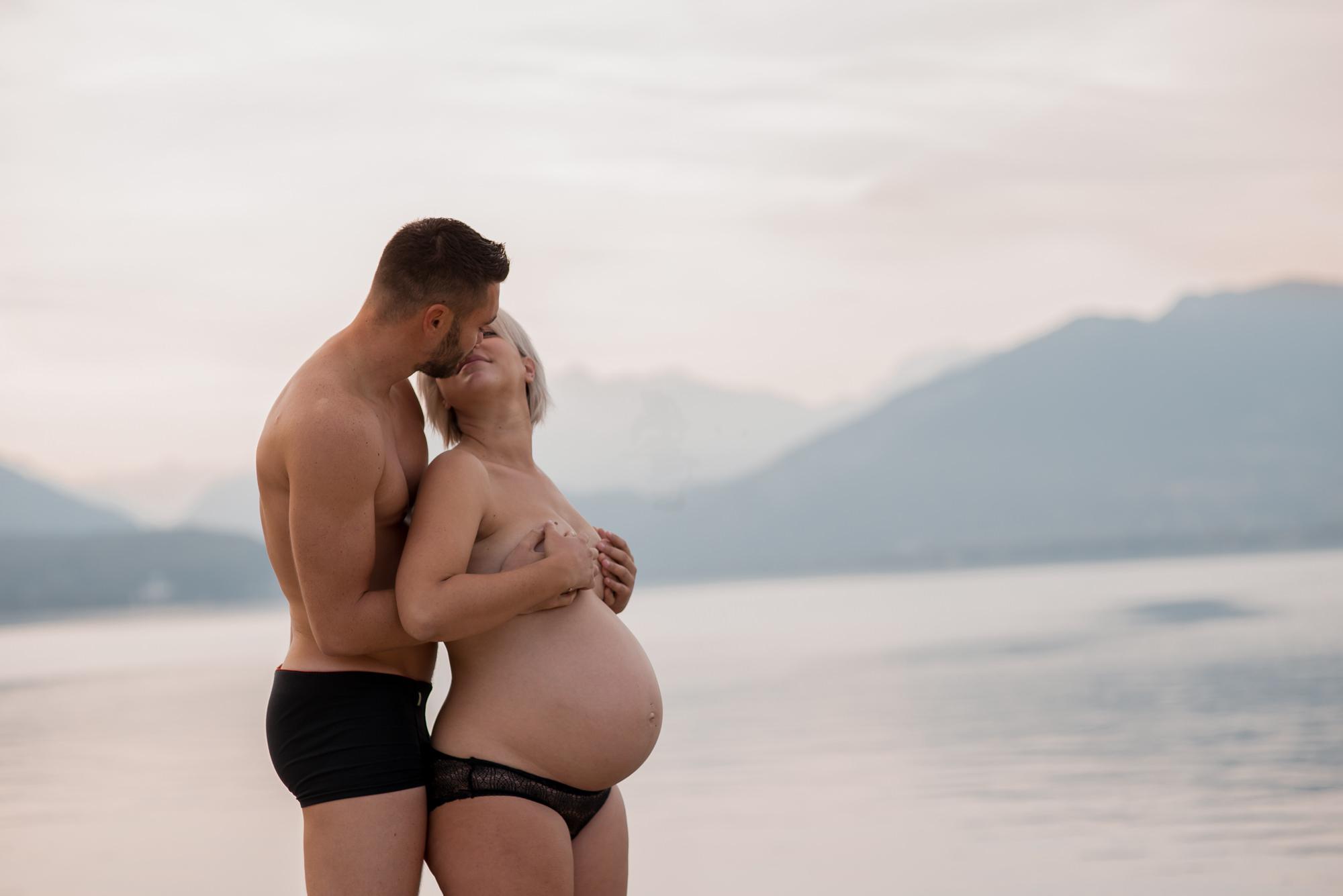 couple qui s'embrasse au lac d'Annecy
